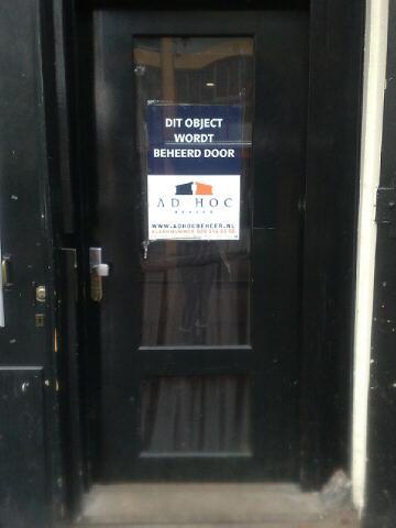 De dichte voordeur van café Exit