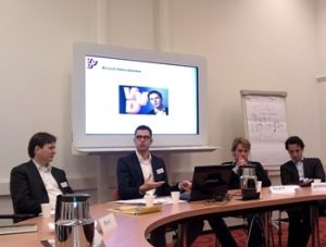 Ronald Kroeze (midden) doceert over het 'breed liberalisme' van Rutte.