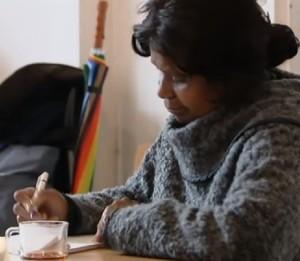 Mevrouw Faverus schrijft een verhaal in Kantlijn. (Foto: Z! Krant)
