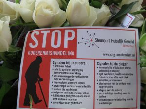 Rozenactie tegen ouderenmishandeling van het Steunpunt Huiselijk Geweld Amsterdam
