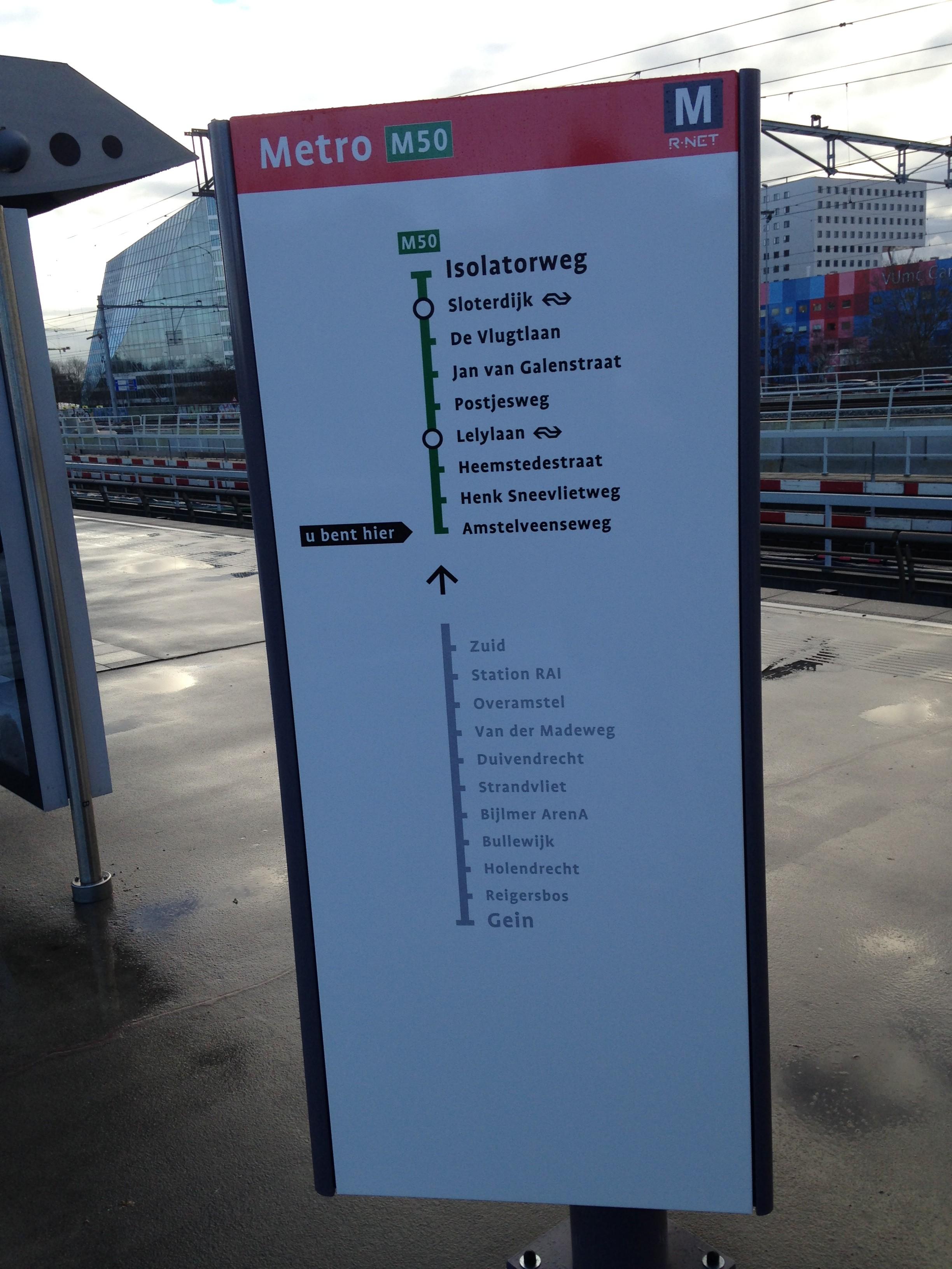 Een van de routevorken op metrostation Amstelveenseweg