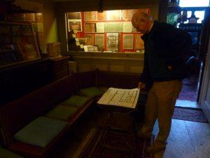 Kasper Janse buigt zich over de plattegrond van het Pianola Museum (Foto: Melanie Zierse)