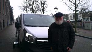 Albert voor de minibus (bron: Fabian de Bont)