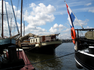 Woonboten in de Oude Houthaven (bron: Wikicommons)